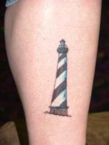 Simples tatuagem na perna da menina - farol