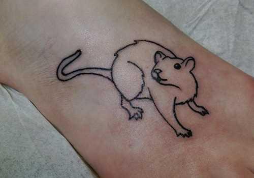 Simples tatuagem na planta do pé da menina - mouse