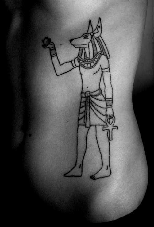 Simples tatuagem no lado da menina, na forma de anubis