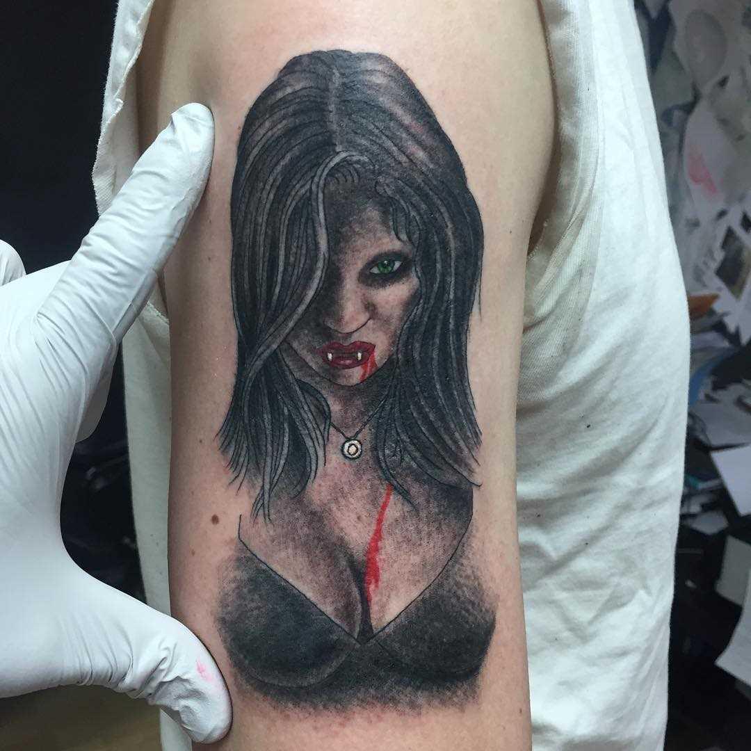 Tatuagem vampiro no ombro do cara