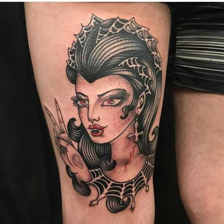 Tatuagem vampiro no quadril cara