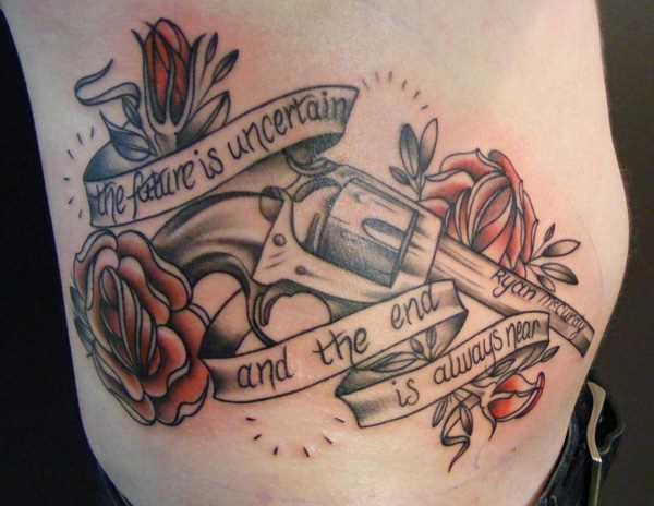 Tatuagem ao lado de uma menina - uma pistola, uma rosa e inscrição