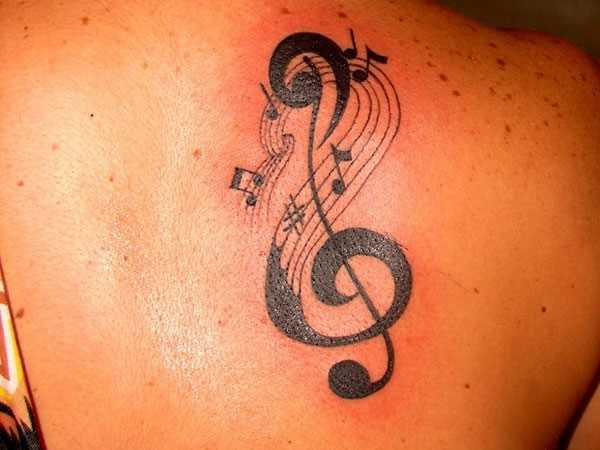 Tatuagem blade a menina - a clave de sol e notas