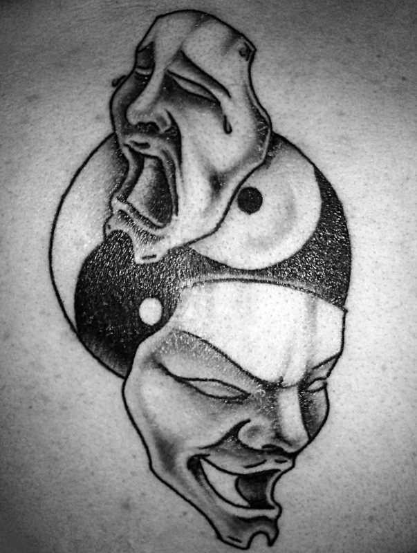 Tatuagem blade cara - a máscara e o símbolo do Yin-Yang