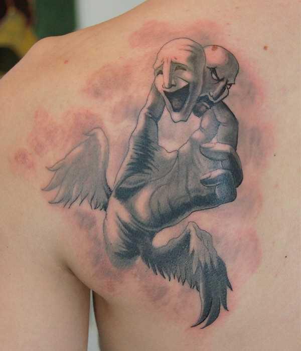 Tatuagem blade cara - a máscara na mão com asas