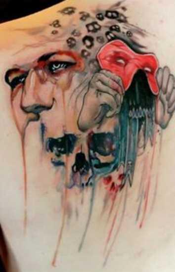 Tatuagem blade cara - a máscara nas mãos e o crânio