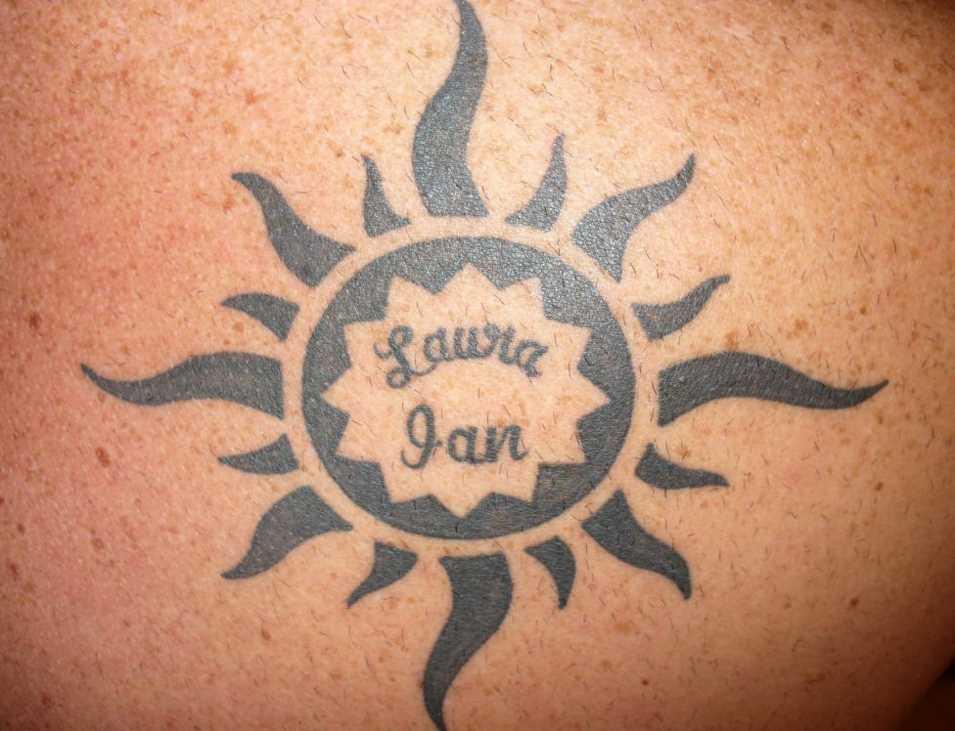 Tatuagem blade cara - de- sol e inscrição