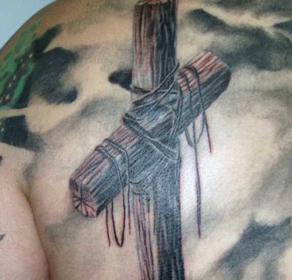 Tatuagem blade cara - uma cruz de madeira com cordas