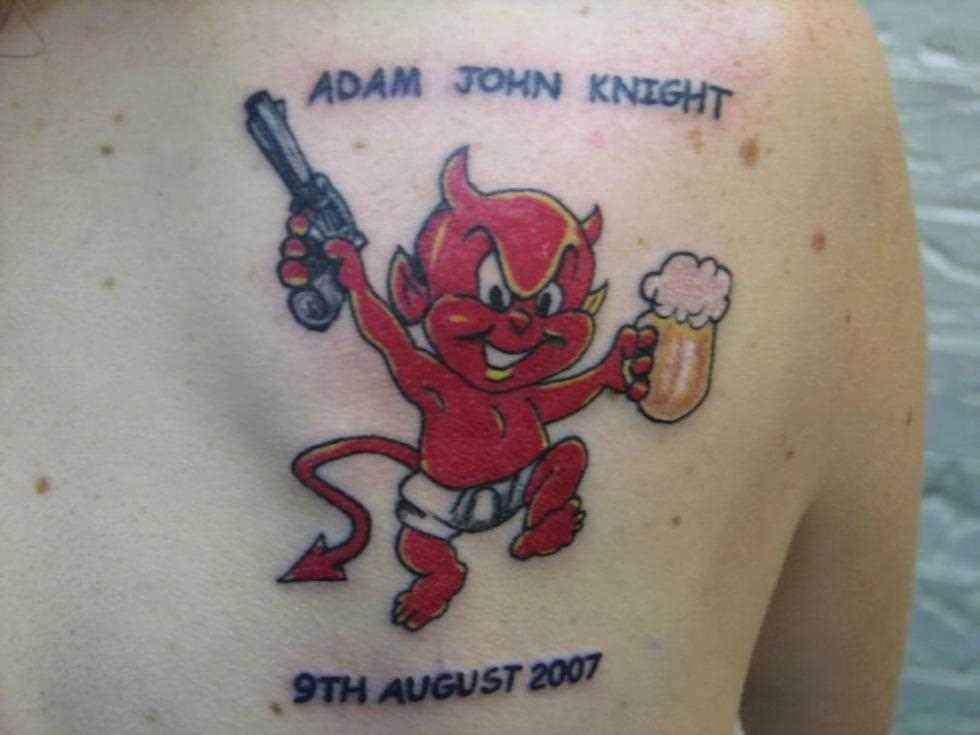 Tatuagem blade menina - diabo com uma arma e uma cerveja