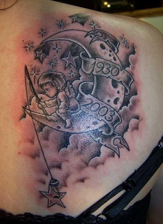Tatuagem blade menina - lua, as estrelas, a inscrição na forma e datas do menino com uma vara de pescar