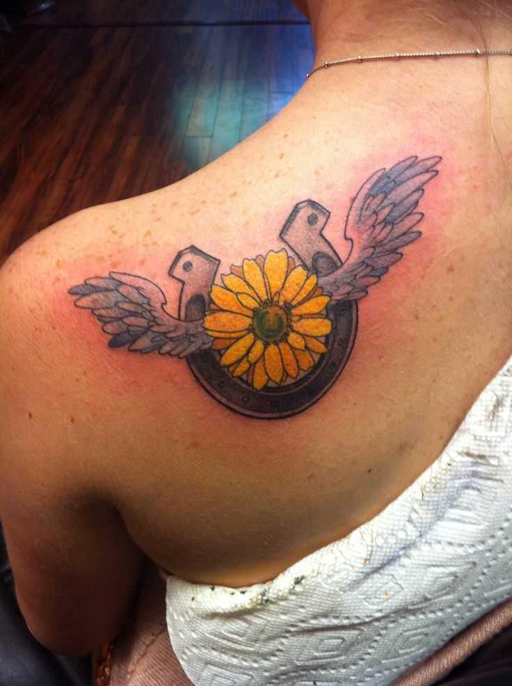 Tatuagem blade meninas - ferradura e uma flor com asas