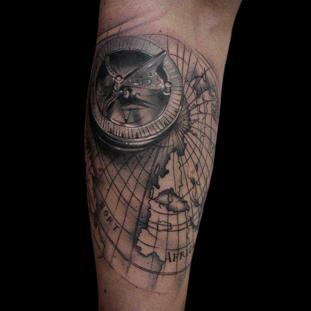 Tatuagem compasso com cartão no antebraço homens