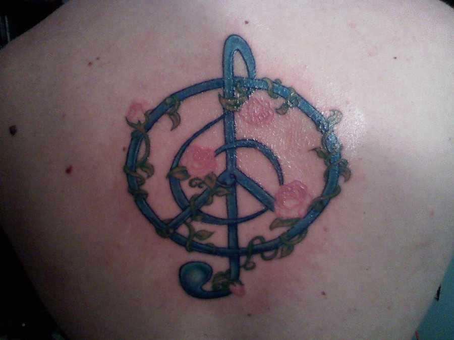 Tatuagem da coluna vertebral, a menina - a clave de sol e de flores