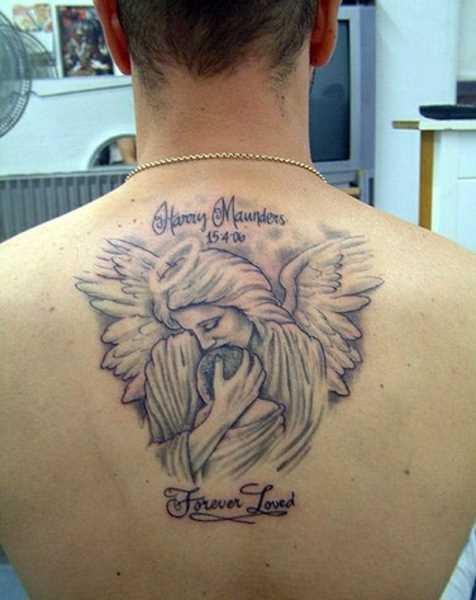 Tatuagem da coluna vertebral, o cara - de- anjo com a criança e inscrição