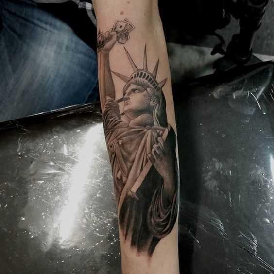 Tatuagem da estátua da liberdade no antebraço cara