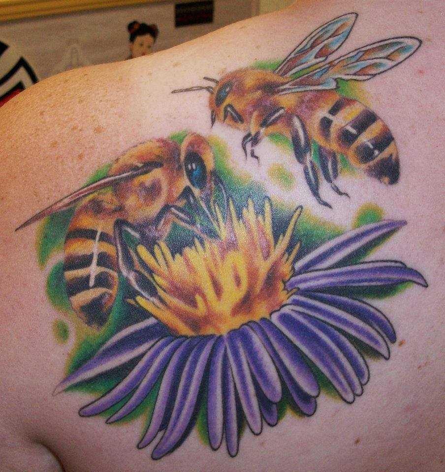 Tatuagem de abelhas blade menina