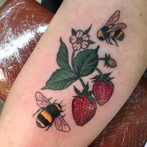 Tatuagem de abelhas com bagas na mão da menina