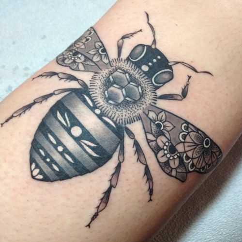 Tatuagem de abelhas no antebraço cara