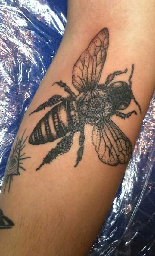 Tatuagem de abelhas no antebraço homens