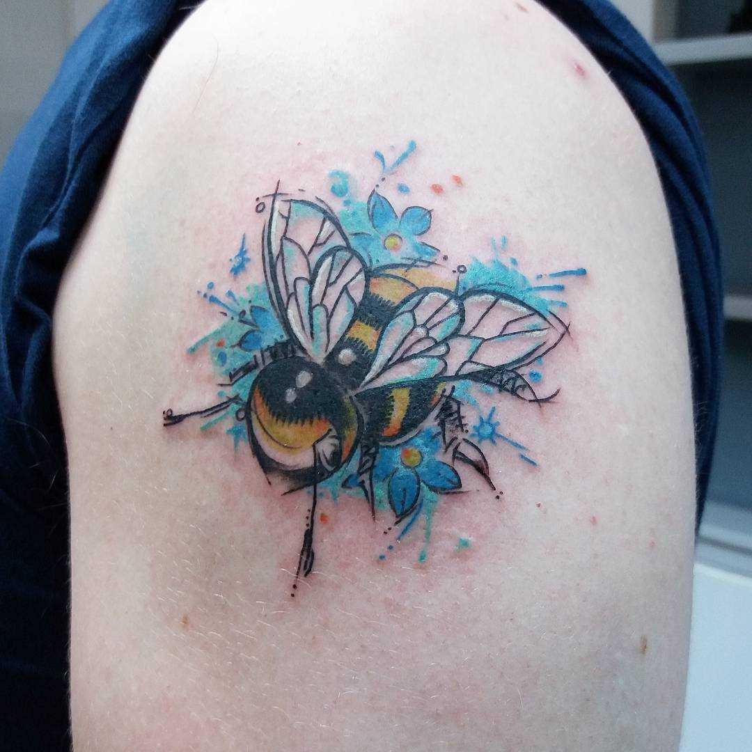 Tatuagem de abelhas no ombro de homens