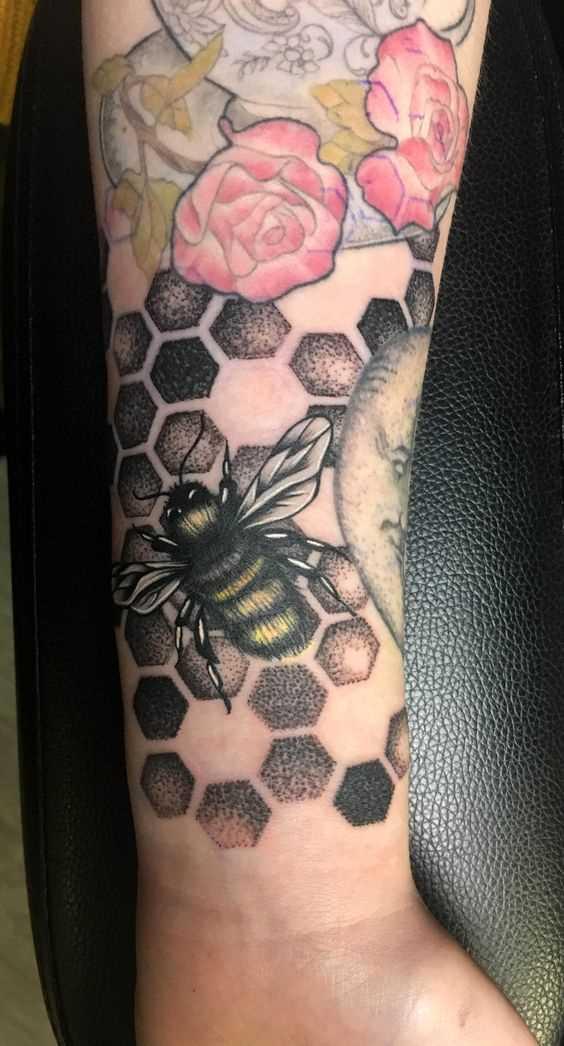 Tatuagem de abelhas no pulso da menina