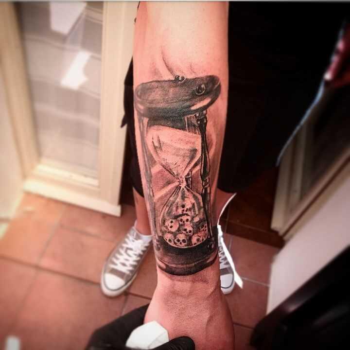 Tatuagem de ampulheta no antebraço cara