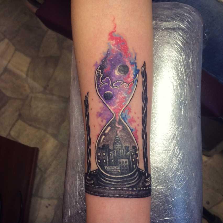 Tatuagem de ampulheta no antebraço da menina