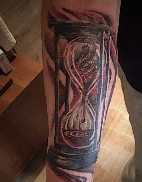 Tatuagem de ampulheta no antebraço homens