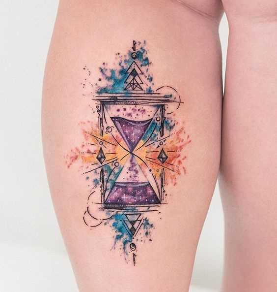 Tatuagem de ampulheta sobre a perna da mulher