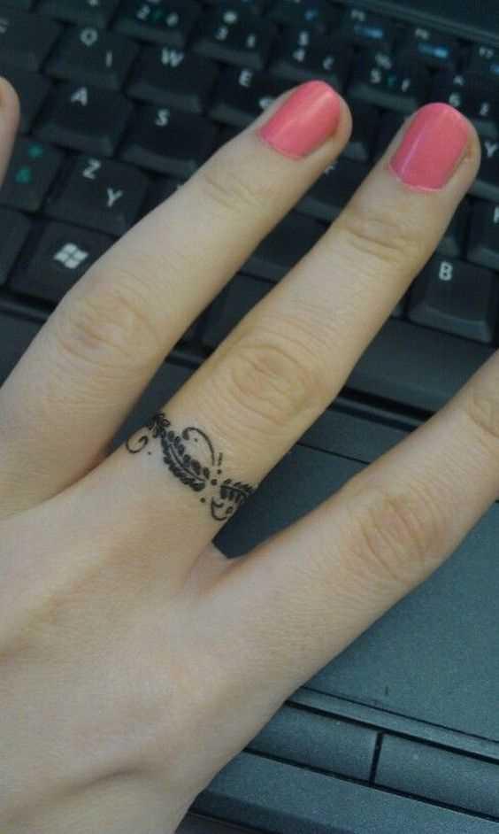 Tatuagem de anel no dedo médio de uma menina
