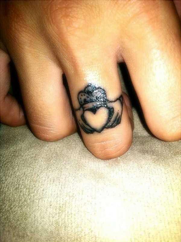 Tatuagem de anel no dedo médio de uma mulher