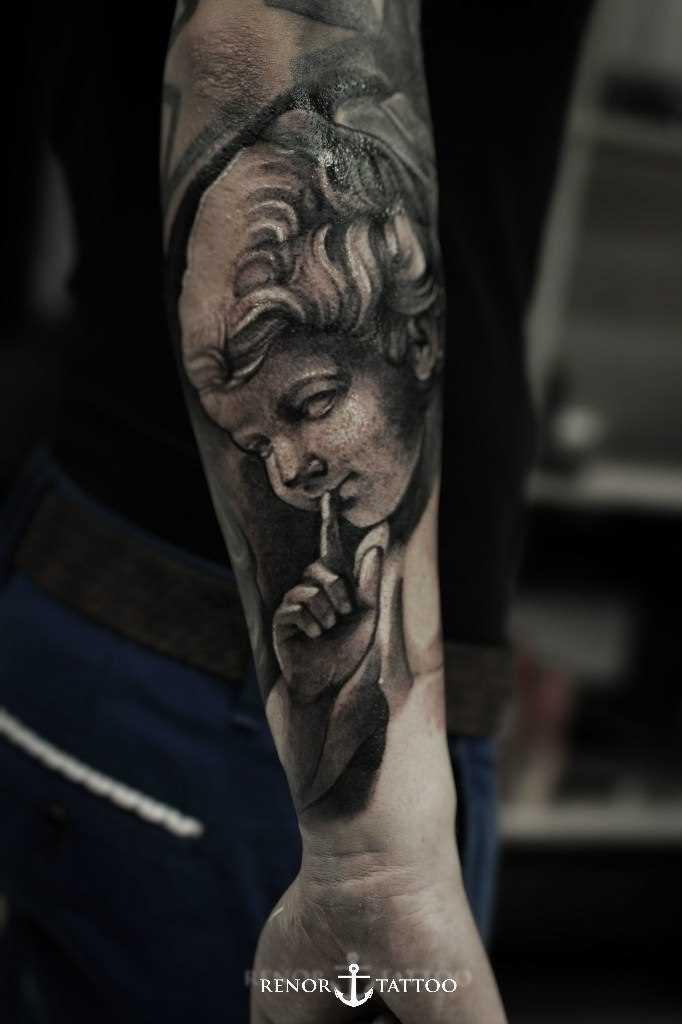 Tatuagem de anjo no antebraço cara