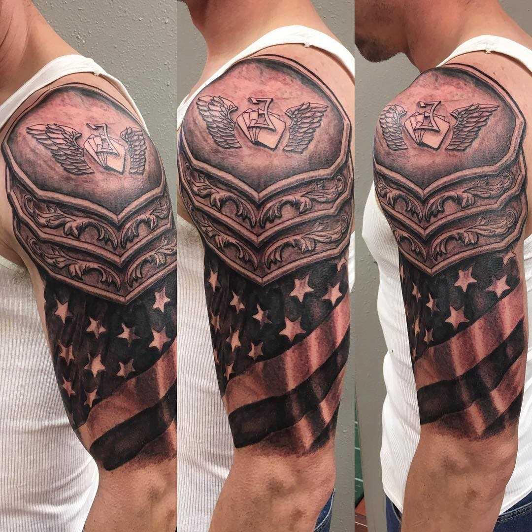 Tatuagem de armaduras com a bandeira americana no ombro de homens