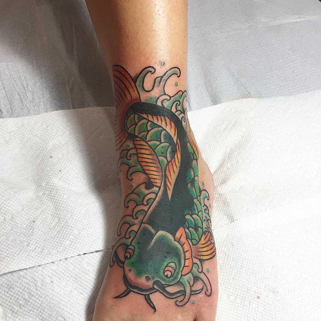Tatuagem de bagre na planta do pé da menina