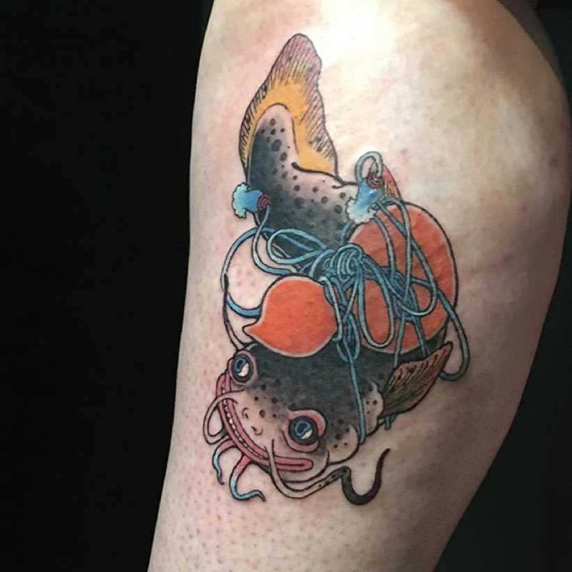 Tatuagem de bagre no quadril da menina