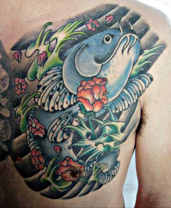 Tatuagem de bagres costas do cara