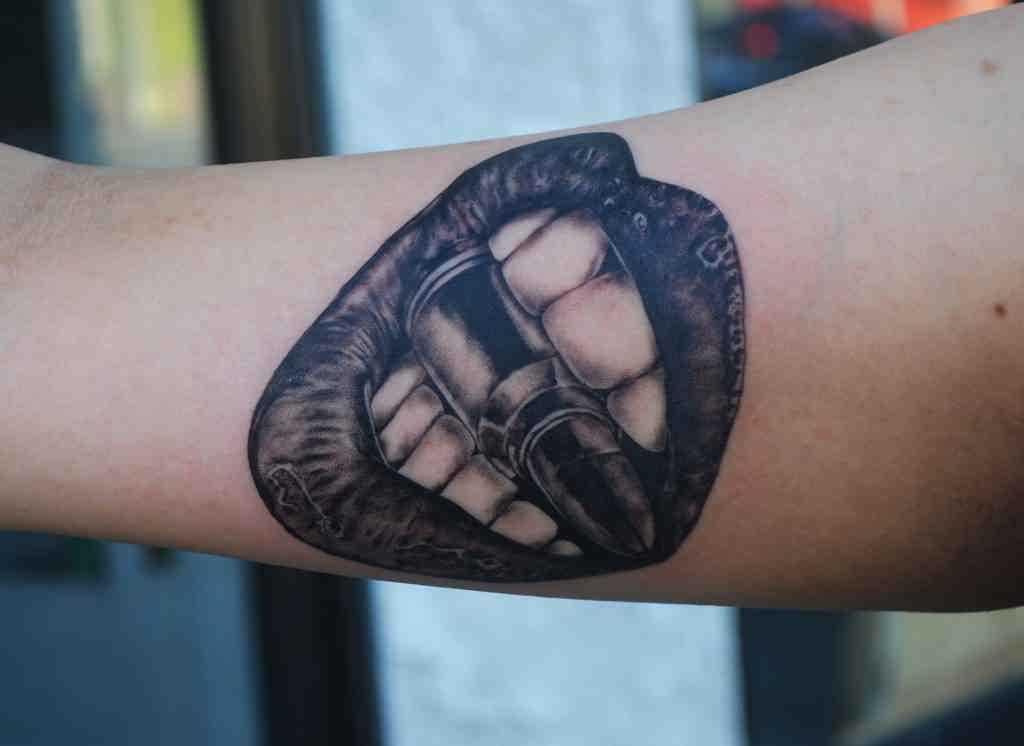 Tatuagem de bala na mão de um cara