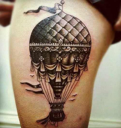 Tatuagem de balão sobre o quadril da mulher