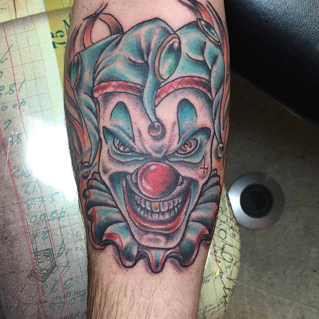 Tatuagem de bobo da corte no antebraço cara