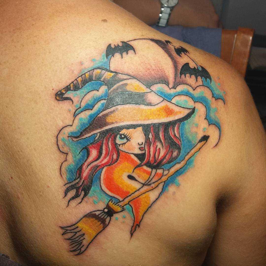 Tatuagem de bruxa em sua vassoura blade cara