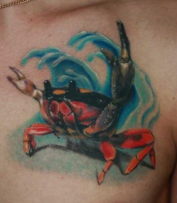 Tatuagem de caranguejo na cara no peito