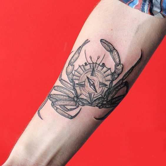 Tatuagem de caranguejo no antebraço cara