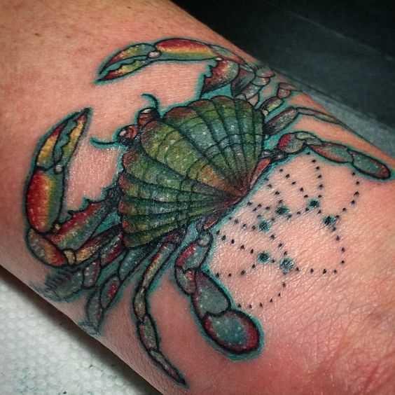 Tatuagem de caranguejo no pulso da menina