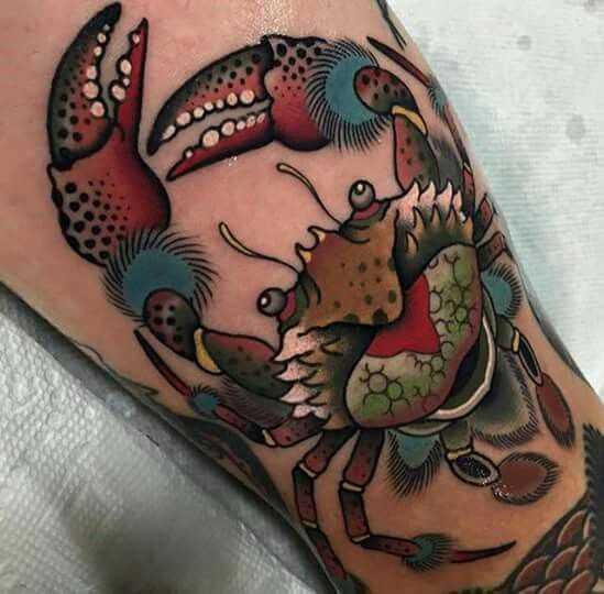 Tatuagem de caranguejo sobre a perna da menina