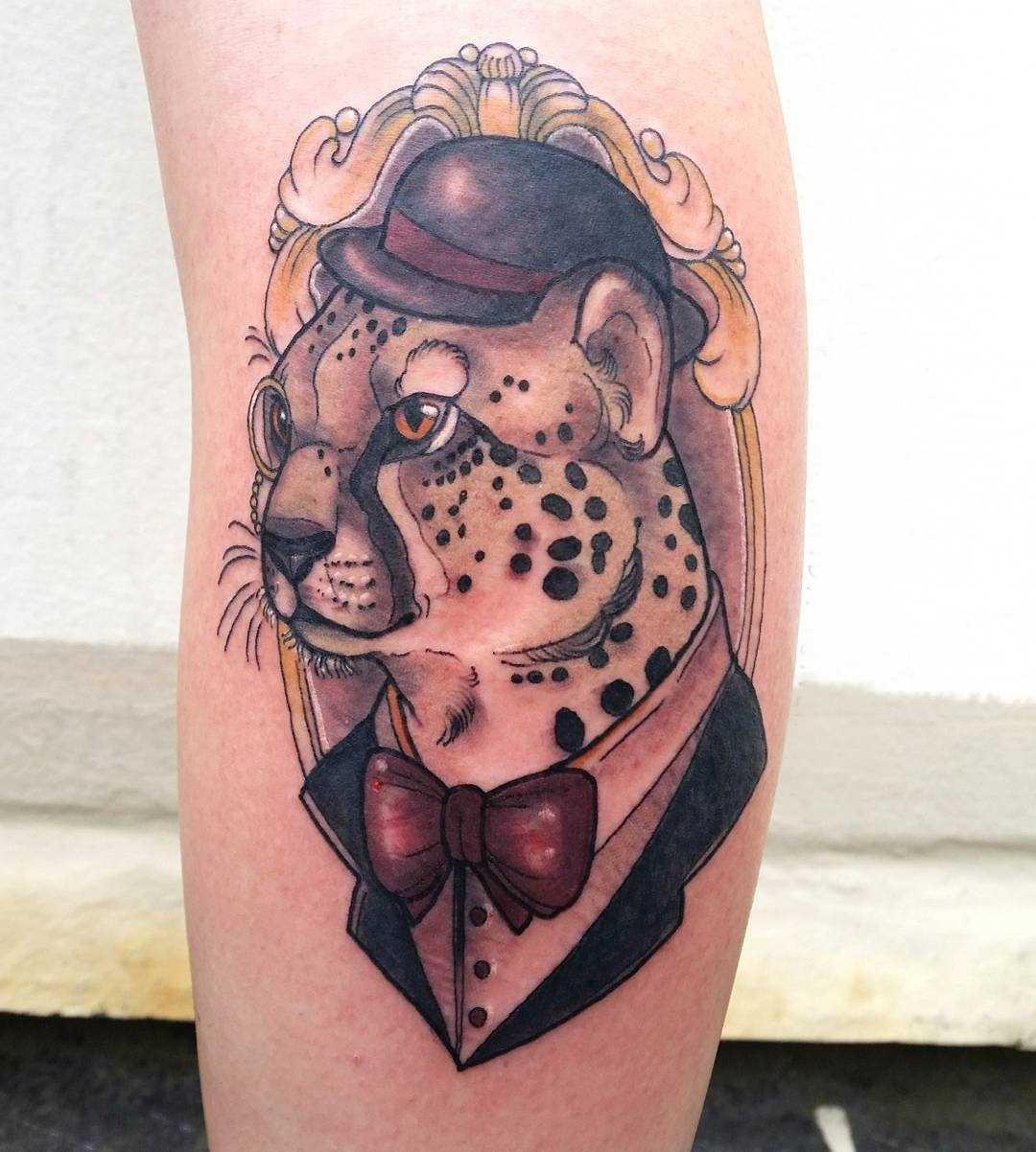 Tatuagem de chita sobre a perna da menina