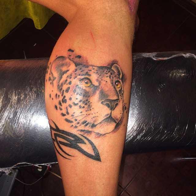 Tatuagem de chita sobre a perna de um cara