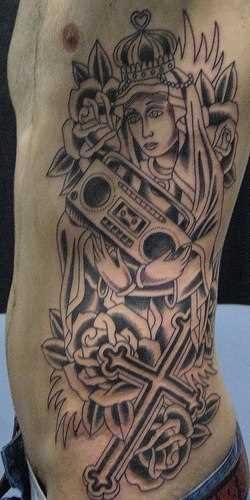 Tatuagem de coroa, a cruz, a rosa, o gravador ao lado do cara