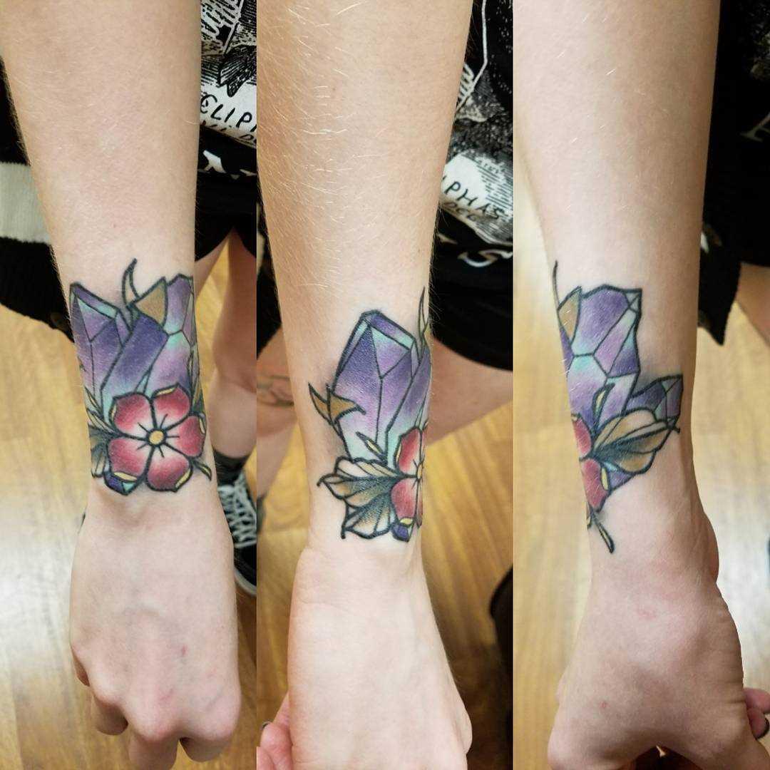 Tatuagem de cristais de flor no pulso da menina