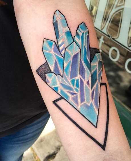 Tatuagem de cristais no antebraço da menina