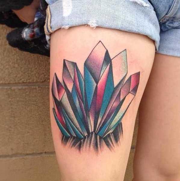 Tatuagem de cristais no quadril da menina